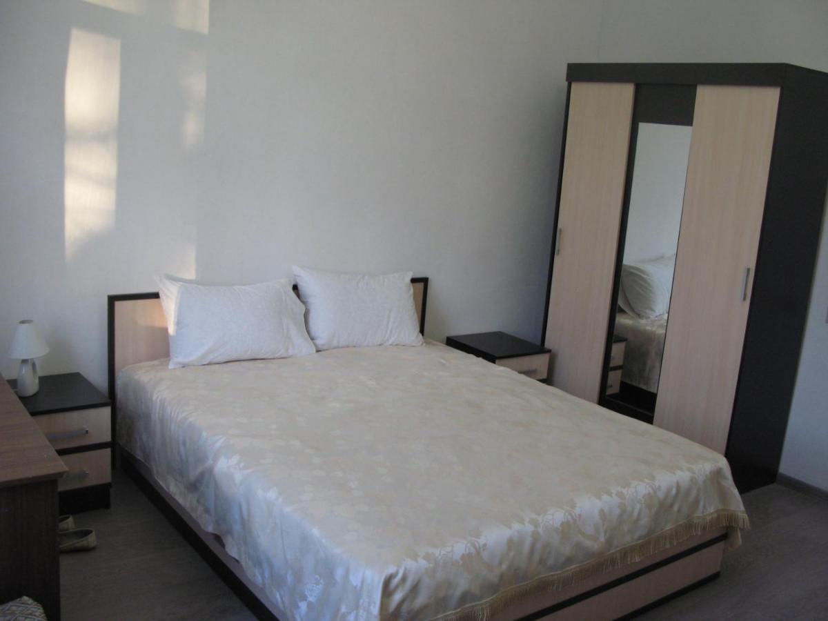 Апартаменты/квартира  Рядом с центральным парком города двухкомнатная квартира с изолированными комнатами в доме немецкой постройки.
