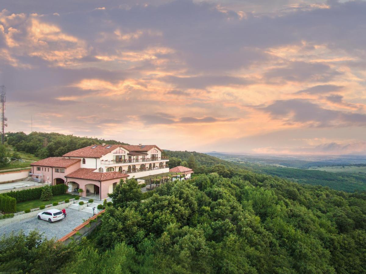 Отель  Zaara Estate