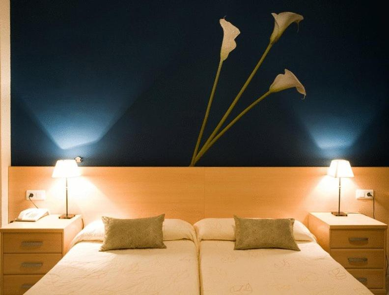 Отель  Hotel Restaurant Llansola