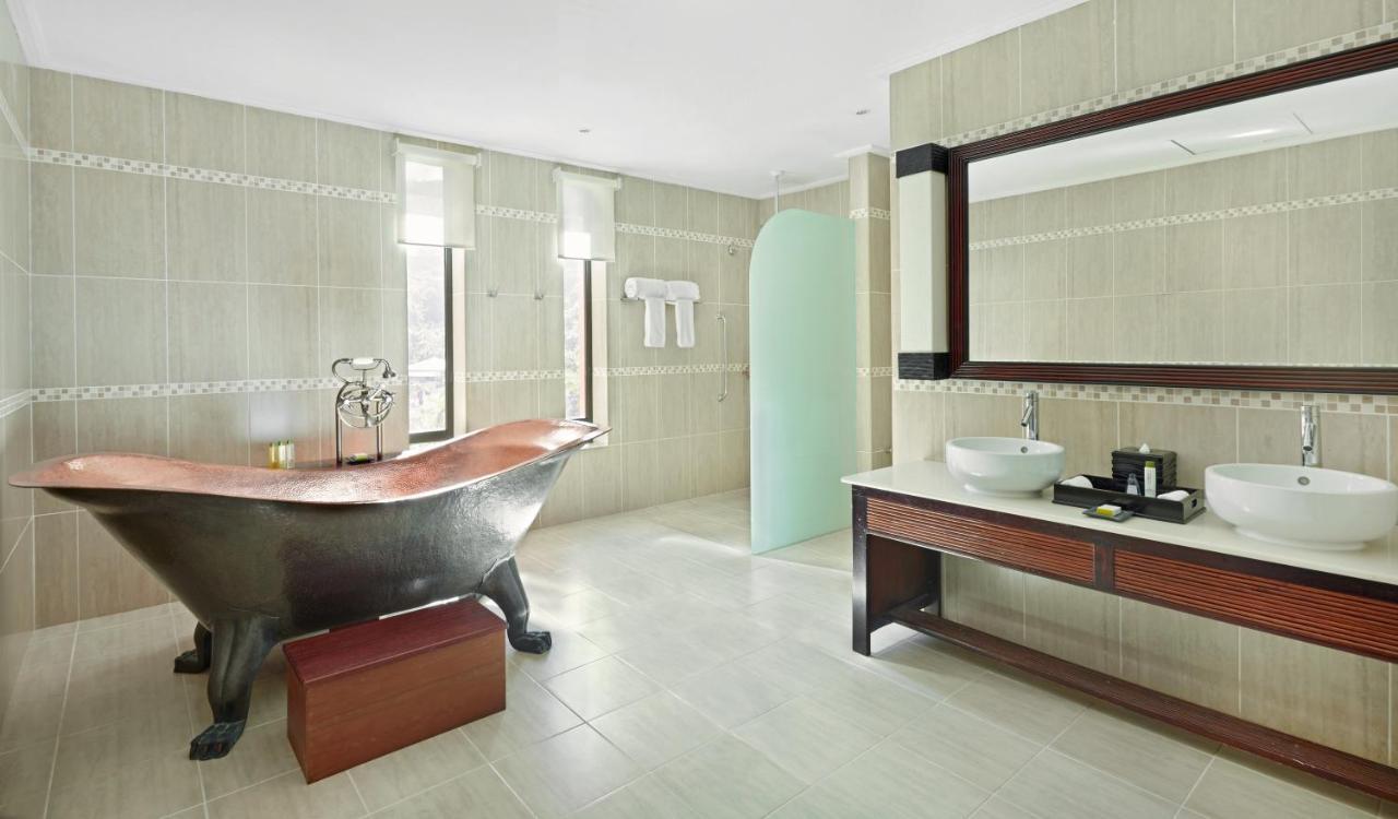 Ванна кімната в DoubleTree by Hilton Seychelles Allamanda Resort & Spa