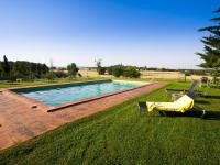 Comfortable Holiday Home in Catalonia with Swimming Pool