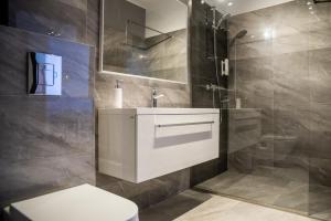 A bathroom at Justan Apartamenty
