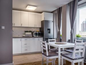 A kitchen or kitchenette at Little Home
