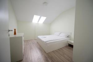 מיטה או מיטות בחדר ב-Apartament Soarelui