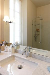 Ein Badezimmer in der Unterkunft Bordeaux Appartement- Triangle d'or