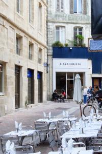 Ein Restaurant oder anderes Speiselokal in der Unterkunft Bordeaux Appartement- Triangle d'or