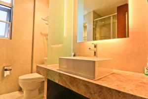 A bathroom at Sanya Yikehai View Apartments