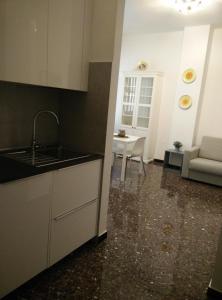 A kitchen or kitchenette at Monolocale Vittoria