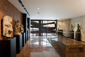 The lobby or reception area at Suites Avenue