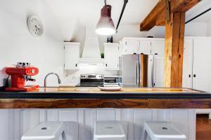 A kitchen or kitchenette at Loft Place Jacques-Cartier