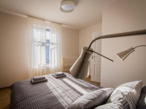 Gulta vai gultas numurā naktsmītnē Downtown Apartment