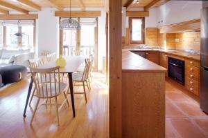 A kitchen or kitchenette at Apartamentos Vielha IV