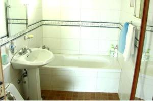 A bathroom at Jisakke Poongyeong Pension
