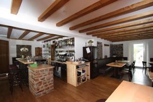 Ein Restaurant oder anderes Speiselokal in der Unterkunft Eifelhof Brohl