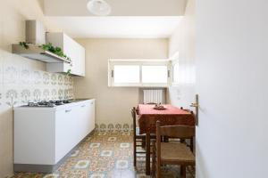A kitchen or kitchenette at Appartamento Cuore