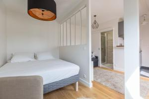 A bed or beds in a room at Assas-Vavin Appartements
