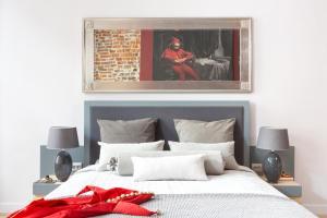 Een bed of bedden in een kamer bij Cadena Gallery Apartments