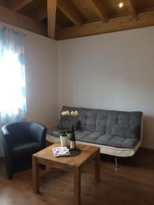 Ein Sitzbereich in der Unterkunft Weingut Hans Bausch