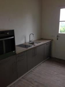 Kuchyňa alebo kuchynka v ubytovaní Domaine de la Marandine