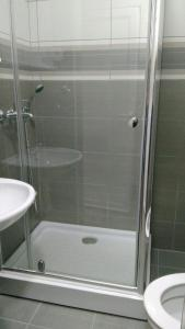 A bathroom at Lyon Apartments
