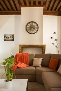 A seating area at Lyon Cosy Stay