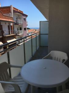 A balcony or terrace at Cosy and comfortable beach apartment
