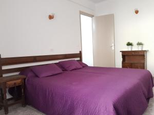 A bed or beds in a room at Cosy and comfortable beach apartment