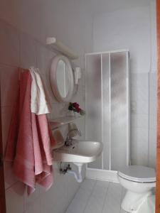 A bathroom at Four Seasons Studios