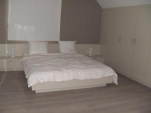 A bed or beds in a room at 't Vossenerf
