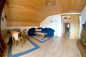 Ein Sitzbereich in der Unterkunft Ferienwohnung Moser am See