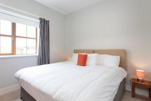 A bed or beds in a room at Garryvoe Beach Homes