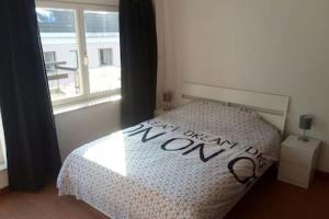 Ein Bett oder Betten in einem Zimmer der Unterkunft The coolest baby penthouse in Oostende
