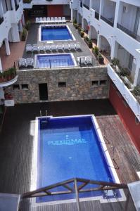 Vista de la piscina de Hotel Puerto Mar o d'una piscina que hi ha a prop