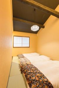 A bed or beds in a room at MUSUBI HOTEL Kyoto Sanjo Villa