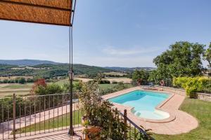 Вид на басейн у Umbria Country Shelter або поблизу