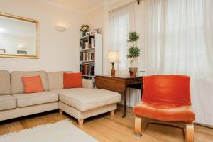 A seating area at Charming Central London Flat