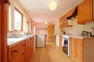 A kitchen or kitchenette at Eilean Feoir