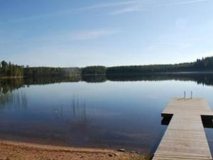 A view of a lake near the holiday home