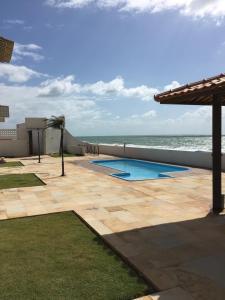 The swimming pool at or close to Casa em Condomínio Barra São Miguel