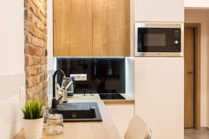 A kitchen or kitchenette at Modern apartment near the royal castle & ICE