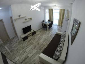 A television and/or entertainment center at 911 Mamaia Apartments