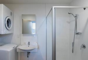 Bathroom sa Quest Henderson Serviced Apartments