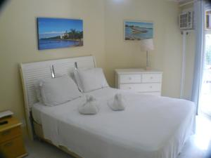 A bed or beds in a room at Buzios Beach Internacional Apart Hotel