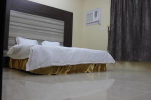 سرير أو أسرّة في غرفة في ريانة أبها للشقق المفروشة