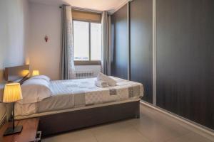 A bed or beds in a room at Apartamento Moderno Diagonal Mar