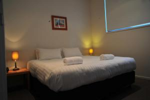 A bed or beds in a room at Angala 2