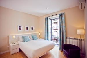 A bed or beds in a room at Madrid Central Suites