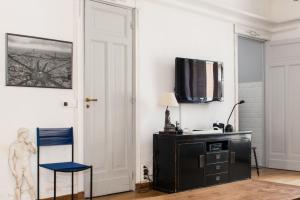 A television and/or entertainment centre at Apartment Claridge