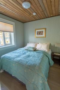 A bed or beds in a room at Olstind in Sakrisøy