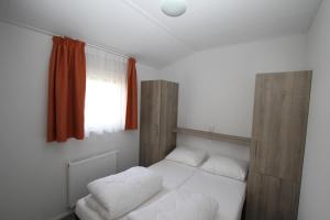 Een bed of bedden in een kamer bij IJsselmeer-chalet nr. 66